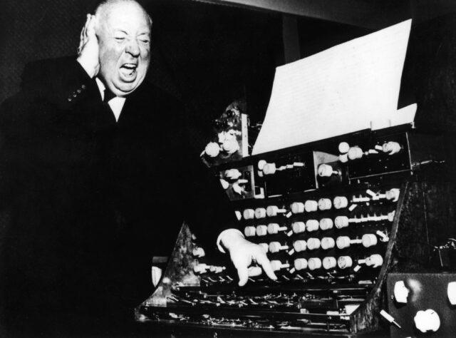 Alfred Hitchcock am Elektronengerät für Klangeffekte und Geräusche