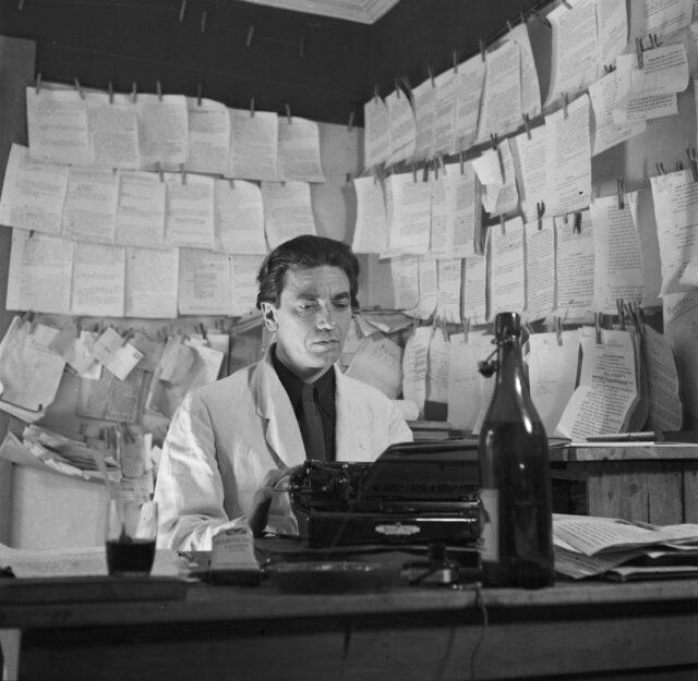 Schriftsteller Ludwig Hohl beim Schreiben
