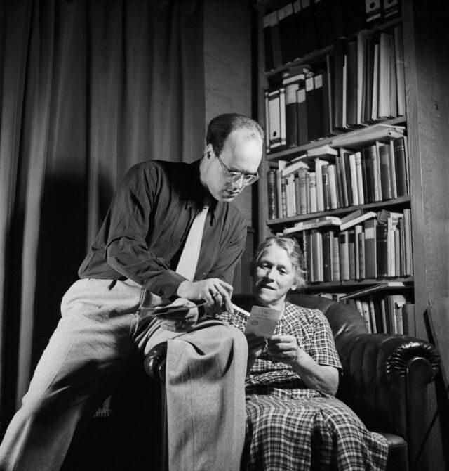 Lukas Barth betrachtet mit einer Frau Fotos