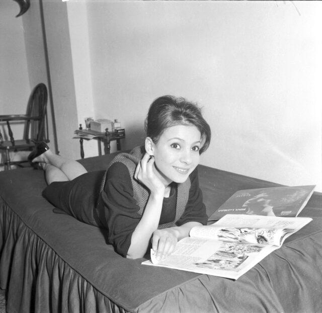 Schlagersängerin Esther Ofarim in ihrer Genfer Wohnung
