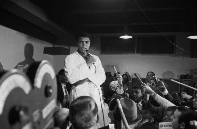 Muhammad Ali spricht vor den Reportern