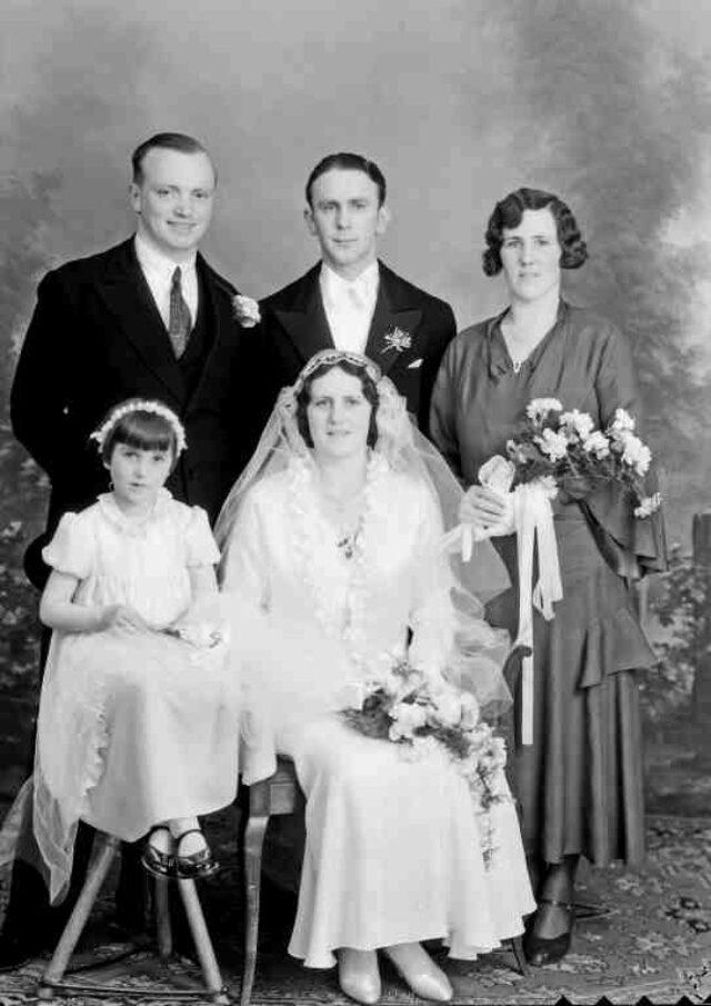 Hochzeit Berla: Ehepaar mit Kind und Brautführern
