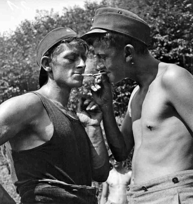Freiwilligen-Arbeitslager von Arbeitslosen: Rauchpause von zwei Arbeitern