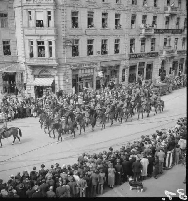 Beerdigung Heinrich Roost, Oberstkorpskommandant und Chef des Generalstabs: Trauerzug vor der Schwanenapotheke (Ecke Bubenbergplatz ¿ Schanzenstrasse)