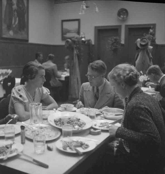 100-Jahr-Jubiläum Universität Bern: Porträt eines Medizinstudenten: Beim Essen im Restaurant