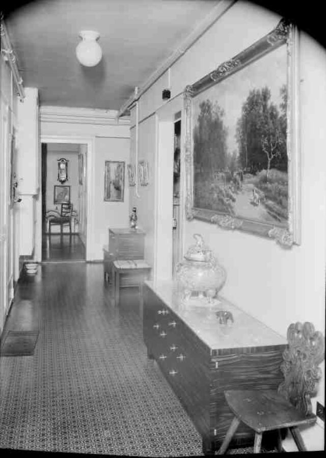 Fräulein Müller: Flur in Wohnung mit opulentem Interieur