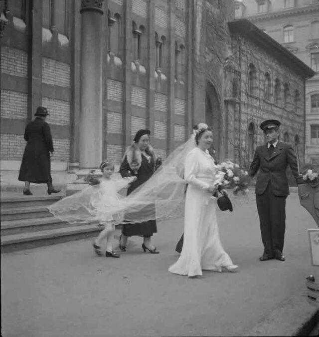 Hochzeit Ehepaar Ryf, Maulbeerstrasse 17, Bern: Vor der katholischen Kirche (Dreifaltigkeitskirche) in Bern