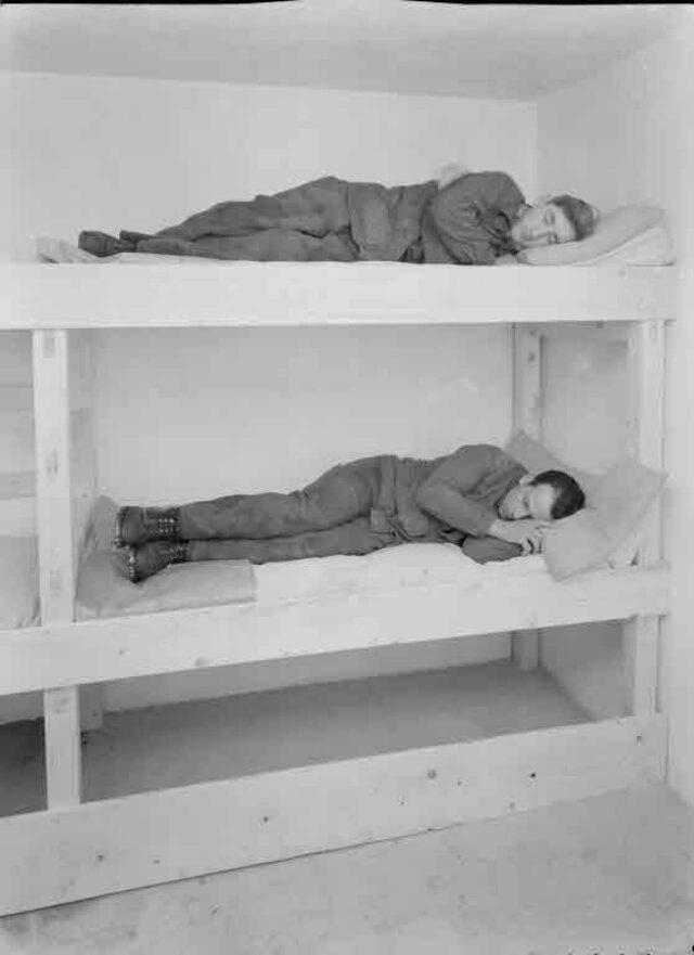 Luftschutzraum mit Kajütenbetten im Remontendepot, Bern (Aufnahme für Herrn Zürcher, Baumeister, Ostermundigen)