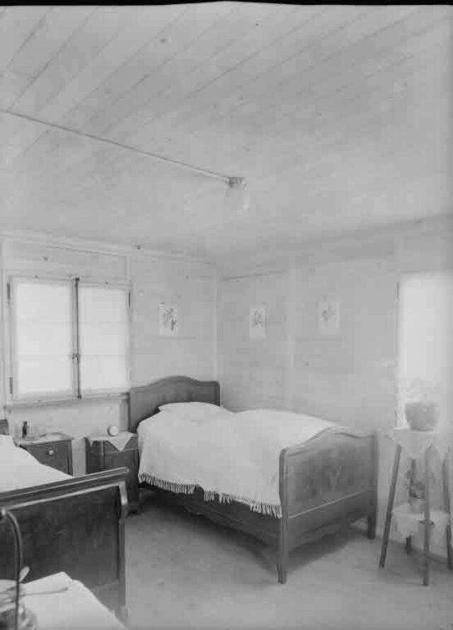 Arbeiterhäuschen an der Eisenbahnlinie (Aufnahmen für August Tschumper, Direktor der Parkett- und Chaletfabrik, Bern): Schlafzimmer