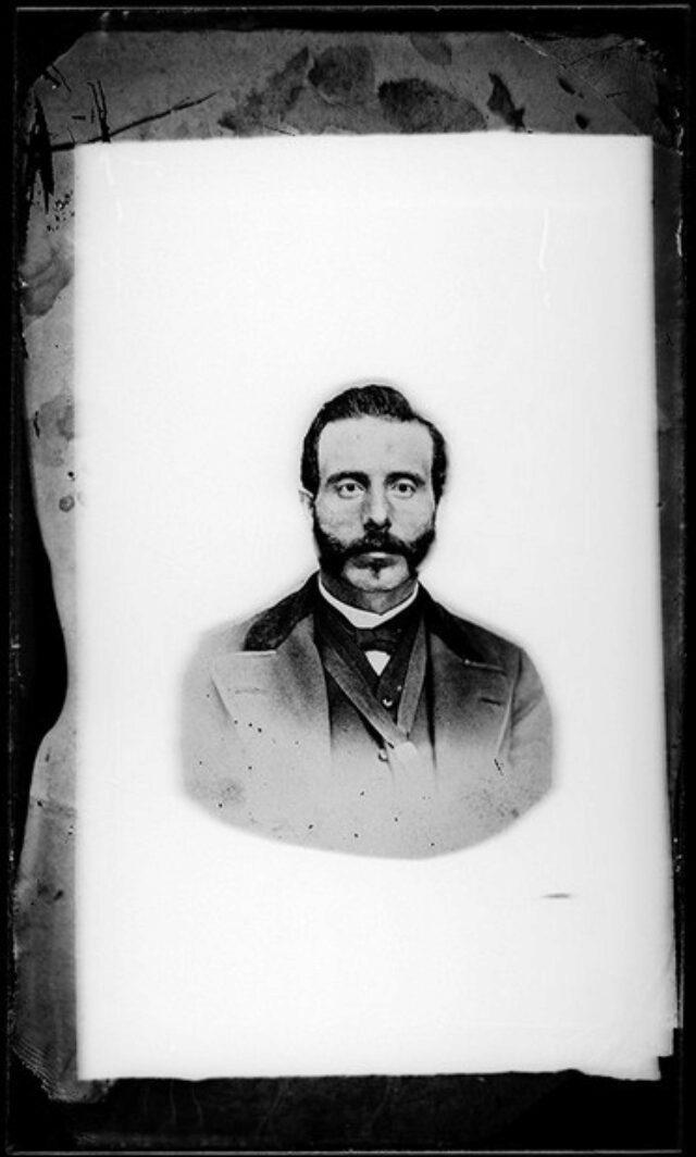 Uomo con barba e baffi