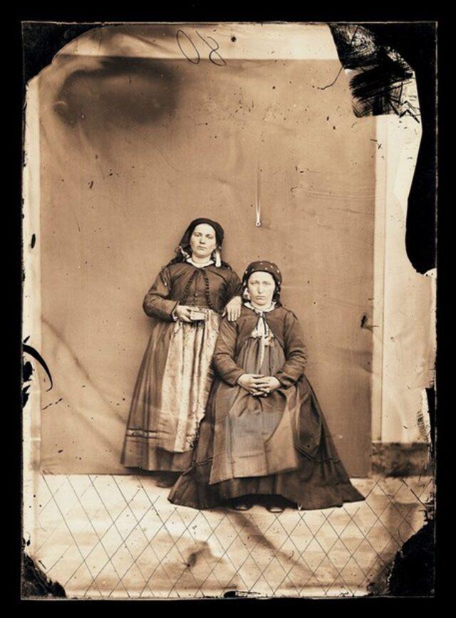 Due donne in abito tradizionale