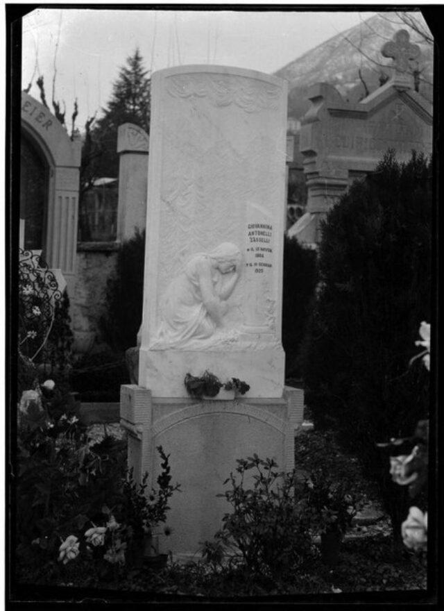 Monumento cimiteriale alla memoria di Giovannina Antonelli Sasselli
