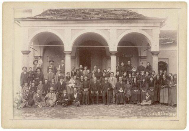 Gruppo in posa davanti alla chiesa di Golino