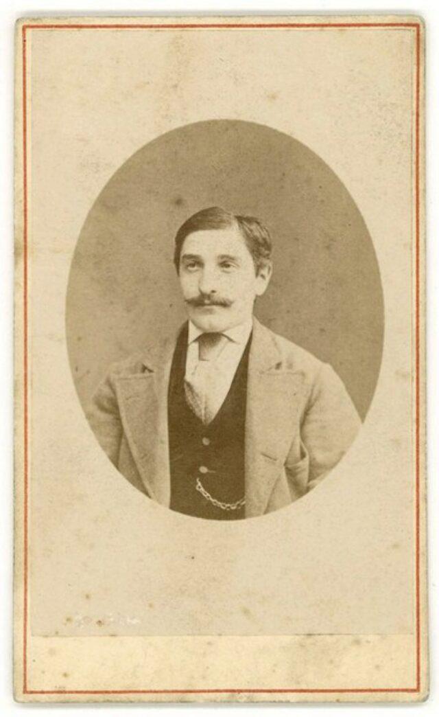 Giovane uomo con baffi