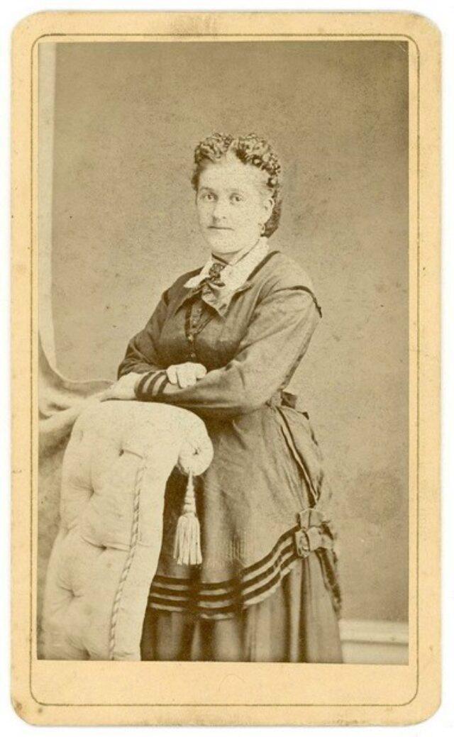 Donna appoggiata a schienale di poltrona [congiunta dei Monotti?]