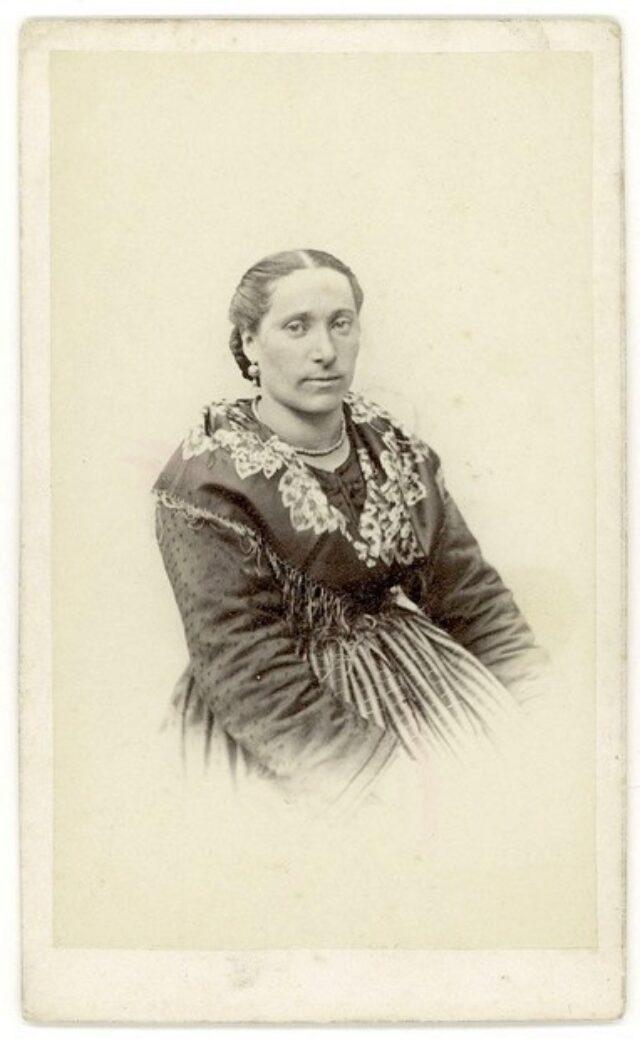 Donna in costume tradizionale [congiunta dei Monotti?]
