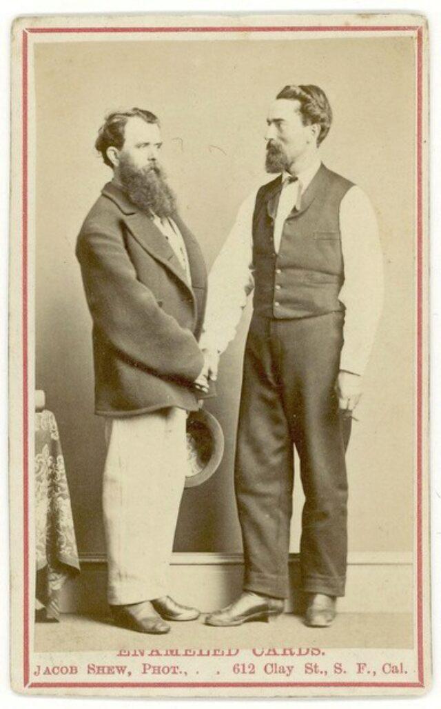 Due uomini che si stringono la mano [congiunti dei Monotti?]