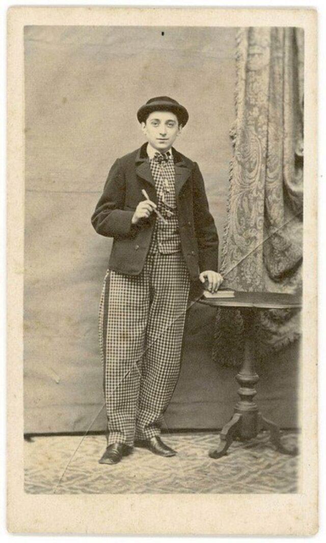 Giovane uomo con vestito a riquadri