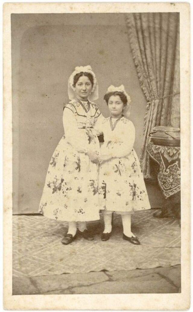 Bambina e ragazza vestite a festa
