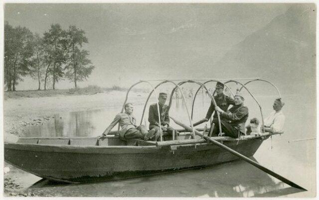 Militari della Batteria 77 su una barca a remi