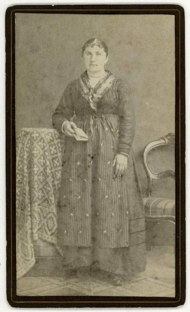 Donna in abito tradizionale con libro