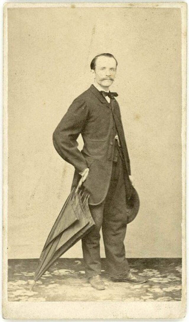 Angelo Monotti con ombrello e cappello