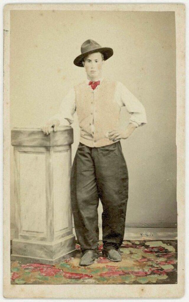 Giovane uomo con gilé e cappello