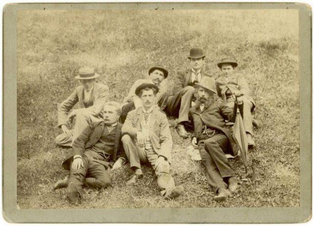 Gruppo di uomini in un prato