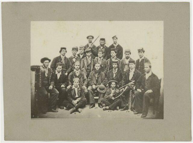 Uomini in costume tradizionale