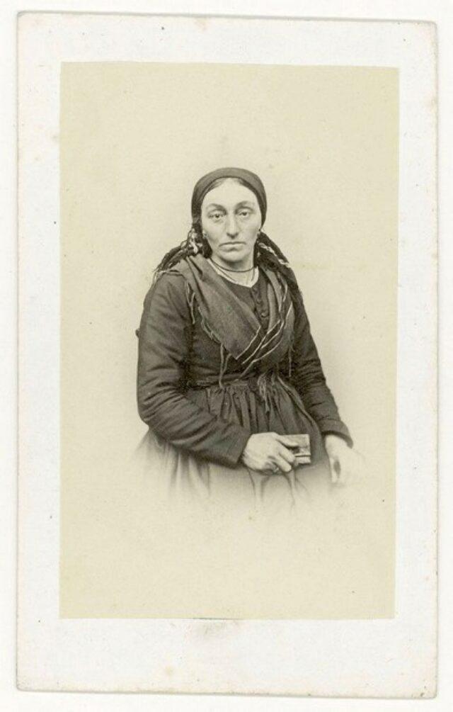 Donna con scialle, foulard e libro