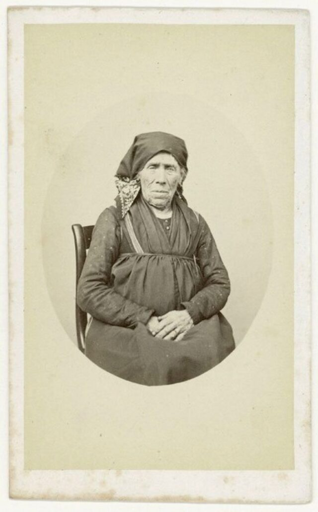 Anziana donna seduta con abito contadino