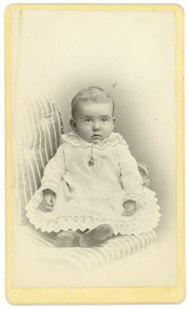 Bambino su poltrona