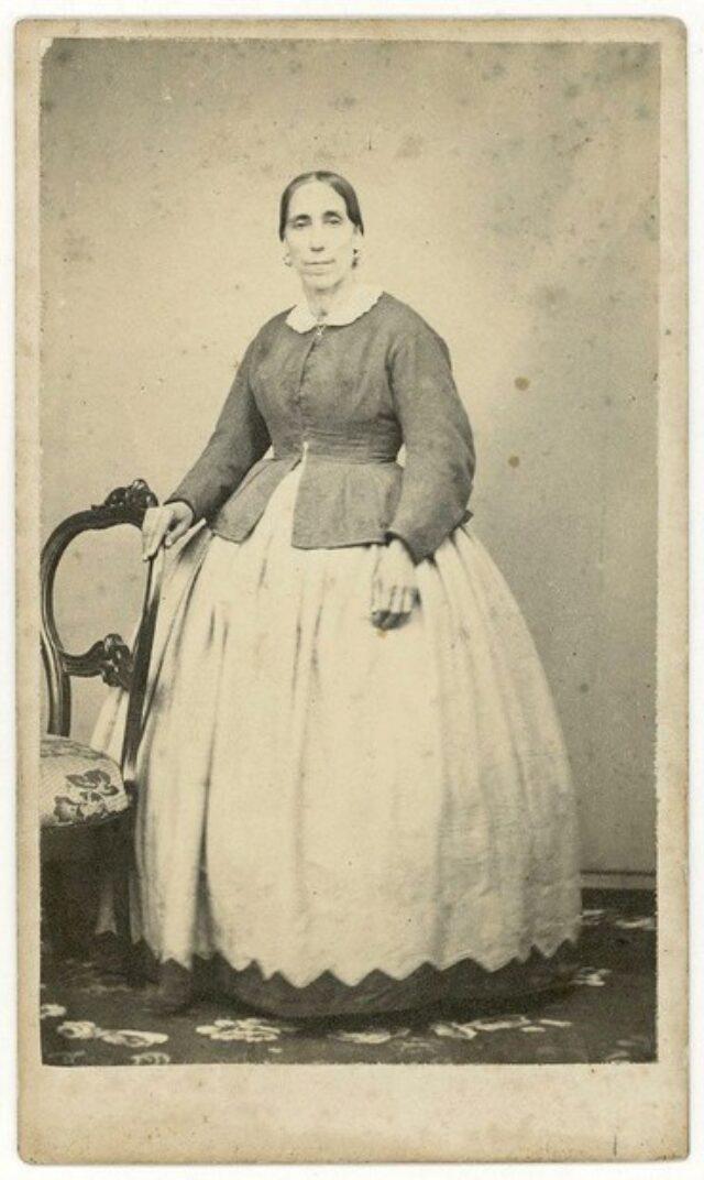 Donna appoggiata a una sedia