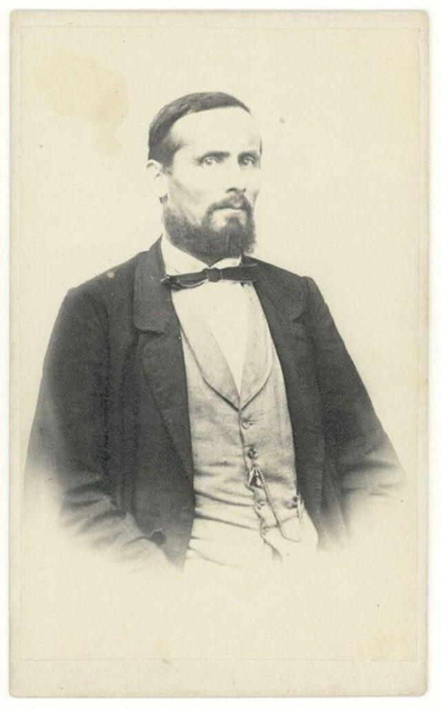 Uomo con barba, baffi e farfallino