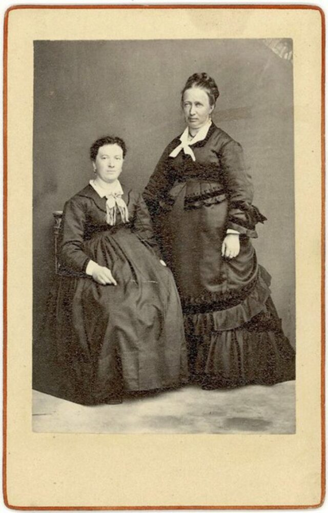 Due donne in abito elegante [congiunte dei Monotti?]
