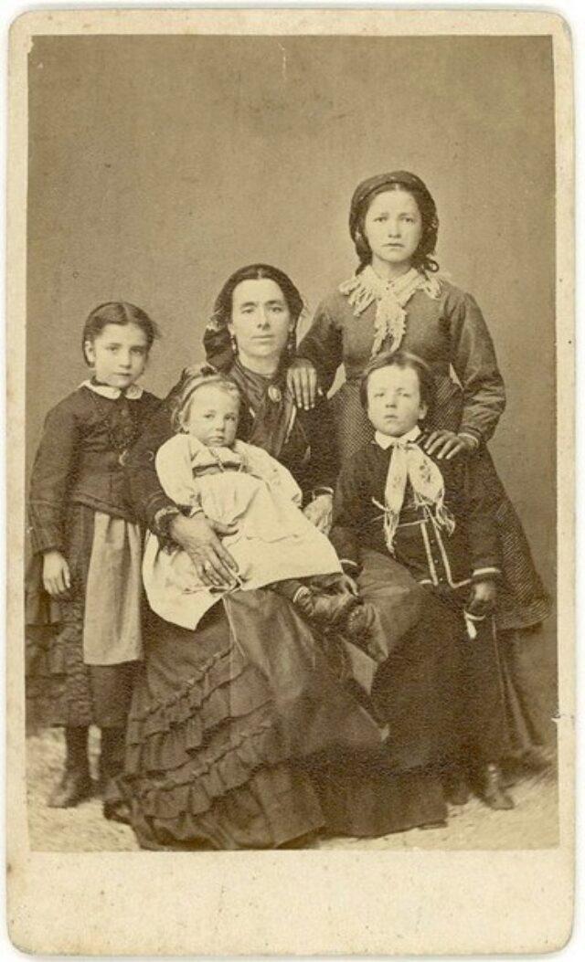 Maria Maestretti Monotti con i figli Alice, Angelina e Valentino ed una ragazza