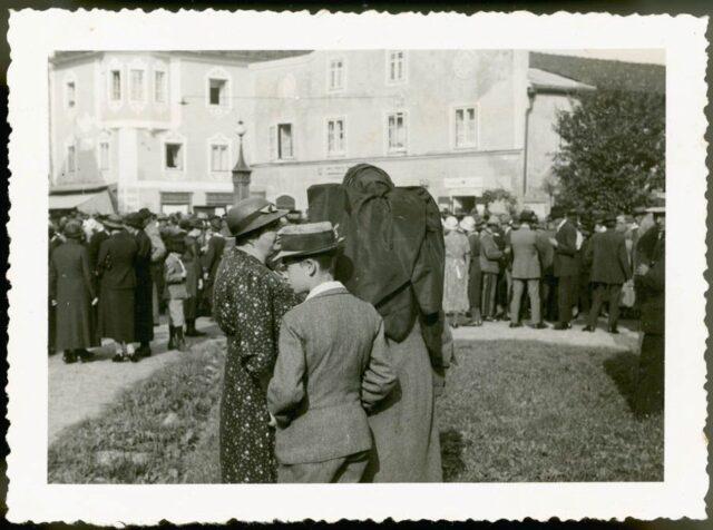 Persone in piazza a Theuerbach (Alta Austria)