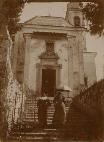 Donne che si recano alla Chiesa di San Biagio