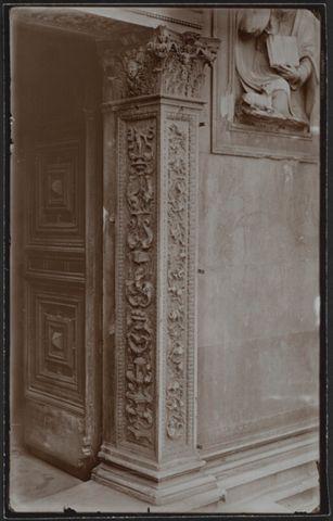 Stipite decorato del portale laterale sinistro della Cattedrale di San Lorenzo