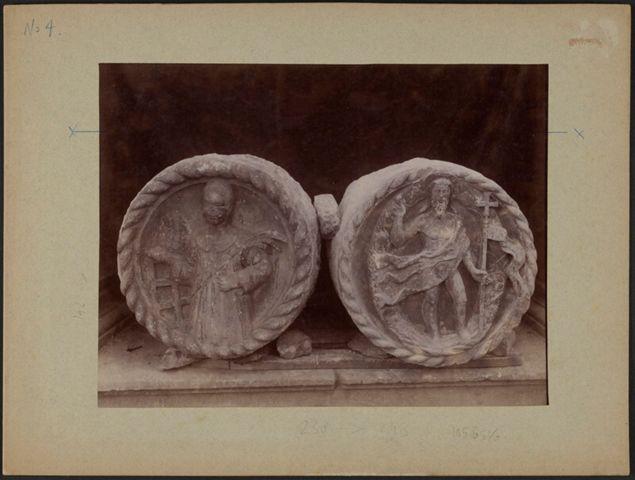Dettaglio di due medaglioni con figure in bassorilievo