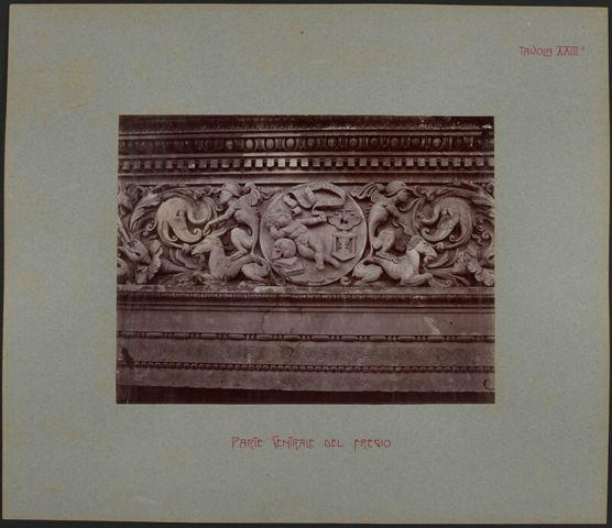 Dettaglio del transetto del portale destro della Cattedrale di San Lorenzo