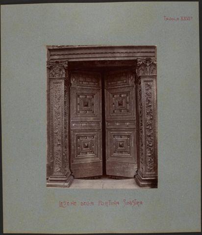Dettaglio del portale sinistro della Cattedrale di San Lorenzo
