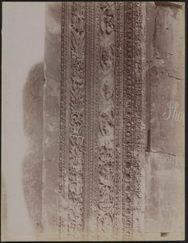 Dettaglio dei bassorilievi sugli stipiti della porta del tempio