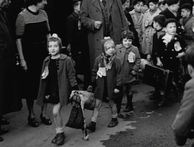 Arriva il primo convoglio di bambini francesi (0016-2)
