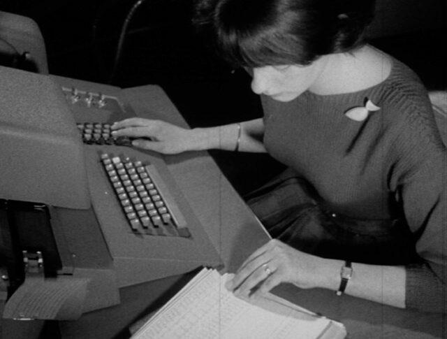 Gli studenti di matematica lavorano oggi con calcolatrici elettroniche (0903-4)