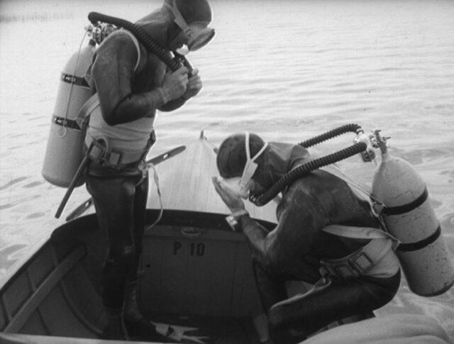 Hommes-grenouilles dans le lac de Neuchâtel (0823-4)