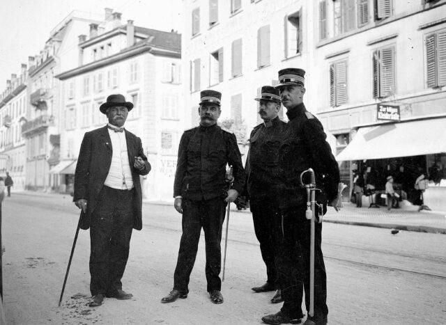 Bundesräte Decoppet und Müller verlassen mit dem Kommandanten und dem Stabschef der 5. Division das Hotel Krone in Biel