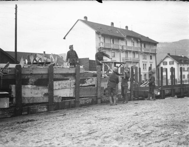 Verladen von Holztischen auf Eisenbahnwagen