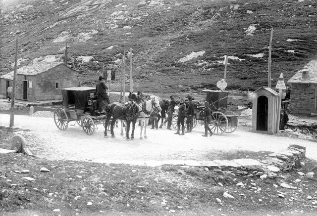Wechsel des Postpersonals für die Weiterfahrt nach Splügen bzw. Chiavenna. Rechts die schweiz., links die ital. Grenzwachthütte