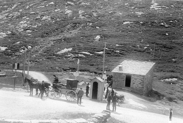 Wechsel des Postpersonals für die Weiterfahrt nach Splügen bzw. Chiavenna. Rechts die schweiz. Grenzwachthütte